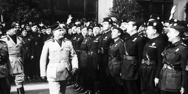 Benito Mussolini, ispeziona una guardia d'onore